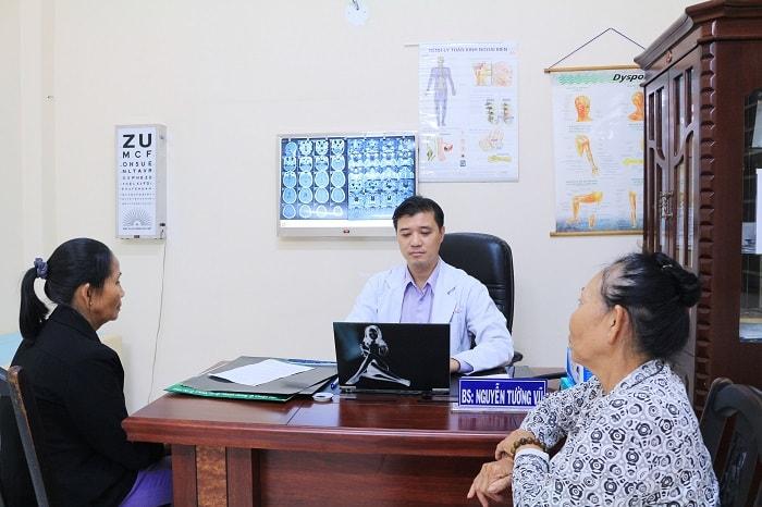 Bác sĩ Nguyễn Tường Vũ thăm khám bệnh nhân
